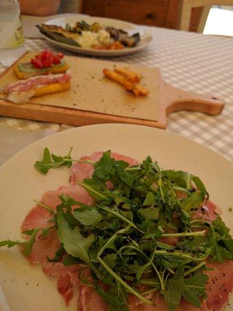 Colonnata, Italy: Carpaccio, polenta, torta di verdure e verdure grigliate e sott'olio