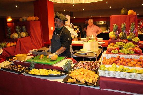 Club Med Peisey-Vallandry: Stéphane, Chef de cuisine, au buffet fruits