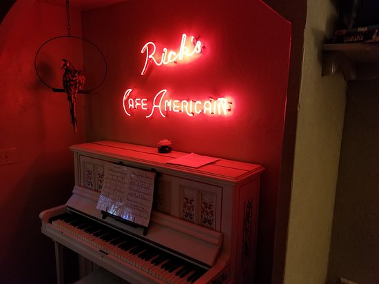 Nice, CA: This is in the Casablanca Caboose - there is also a mini bar and the piano works