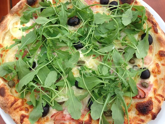 Bernau am Chiemsee, Germany: Pizza met kappertjes, olijven, rucola, knoflook, ham in een laagje room ipv tomaat.