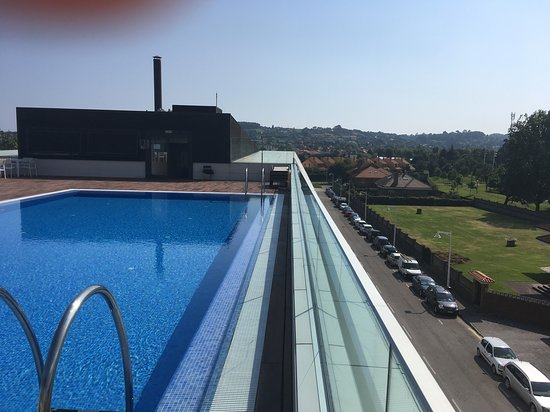 NH Gijón: Roof top Pool and park views