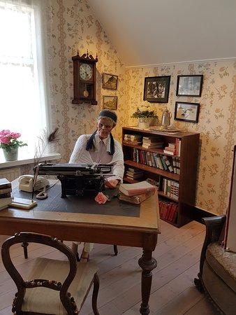 Kneippbyn Sommarland: Astrid sitter i sin skrivarstuga
