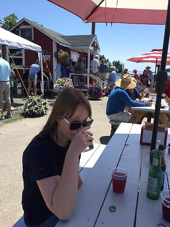 South Thomaston, ME: Waiting for food among the numerous shaded tables right on the water - yes, can get long