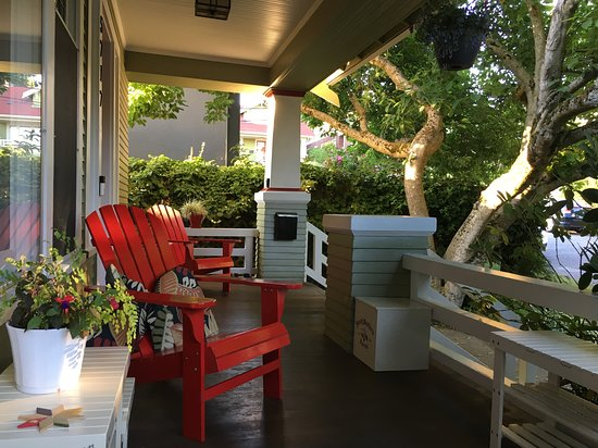 9 Cranes Inn: Front porch