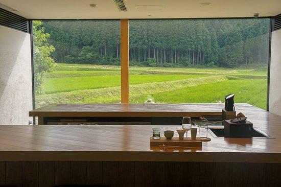 Komatsu, Japonya: カウンター12席、予約制。コの字型のカウンターは茶室と同じ四畳半の大きさ!