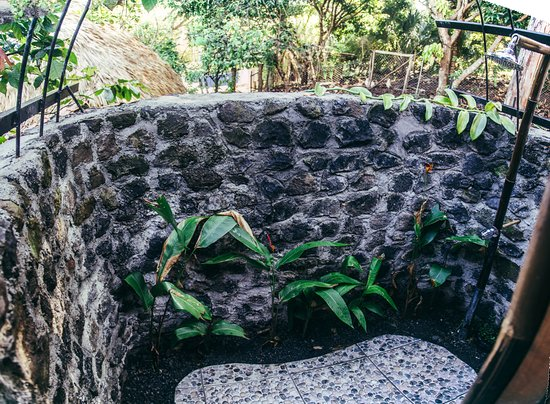 Balgue, Nicaragua: Homestead house's outdoor shower - where hummingbirds come to visit!