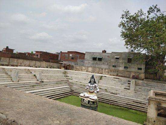 Sitapur, الهند: Shyamnath Mandir - Pond
