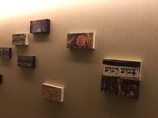 Leonardo Boutique Jerusalem: In halls of guest rooms, such a clever decor!
