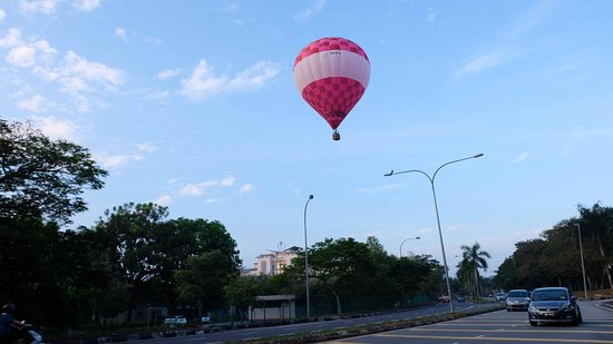 My Balloon Adventure: look how close the balloon with the road area!! it's insane