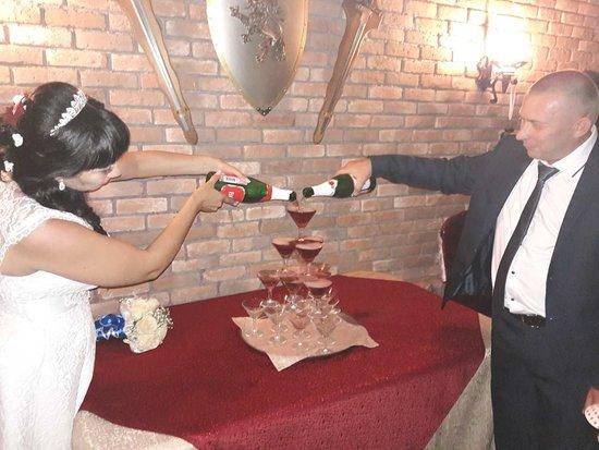 Nefteyugansk, Russia: для молодоженов множество приятных моментов и сюрпризов:живой саксофон и фруктовый карвинг