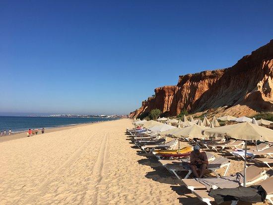 Adriana Beach Club Hotel Resort: La plage de sable de l'hôtel située sous la falaise.