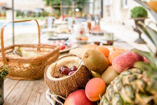 chambres d'hôtes de charme l'esprit du 8_petits déjeuners en bord de piscine
