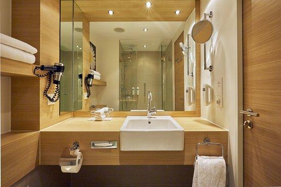H+ Hotel Zuerich: Moderne Badezimmer Im H+ Hotel Zürich
