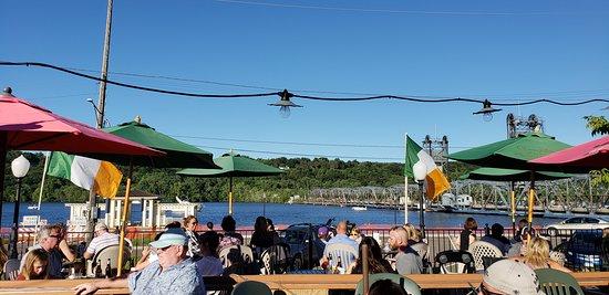 Charlie's Restaurant & Pub: The deck