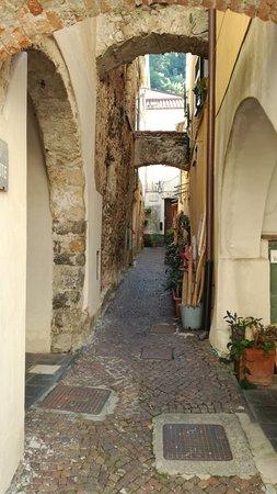 Zuccarello, Italien: archi in pietra nelle viuzze