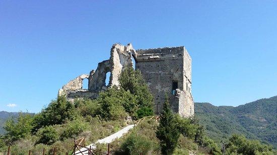Zuccarello, Italien: i ruderi del castello