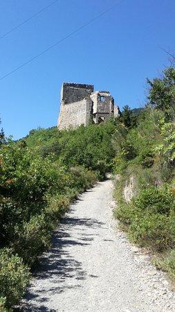 Zuccarello, Italie : la strada che sale al castello