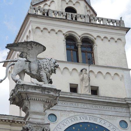 De torenklok is een replica van Venetië