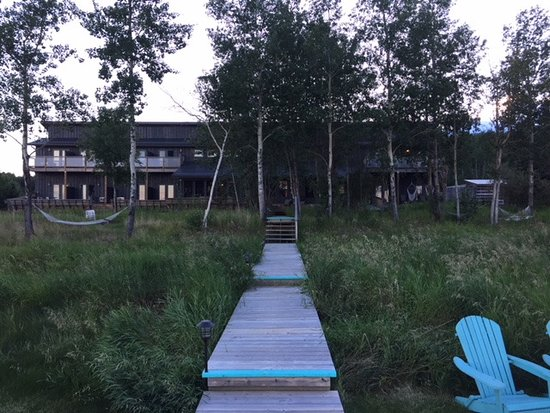 Meadow Lake, Canadá: View from lakeshore westward toward front of lodge