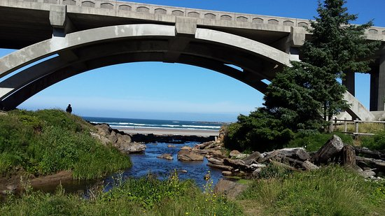 Otter Rock, OR: The Hwy 101 bridge over the trail to the beach from the campground.
