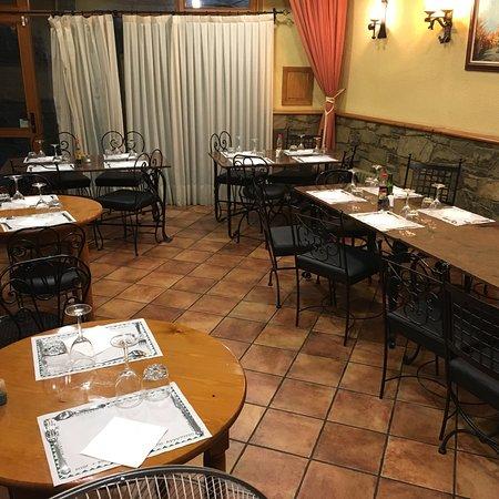 Borredà, España: Comedor, bar y un pica-pica para acompañar la cerveza.