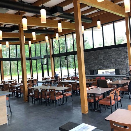 Falcon Lake, Canada: Bright indoor dining space