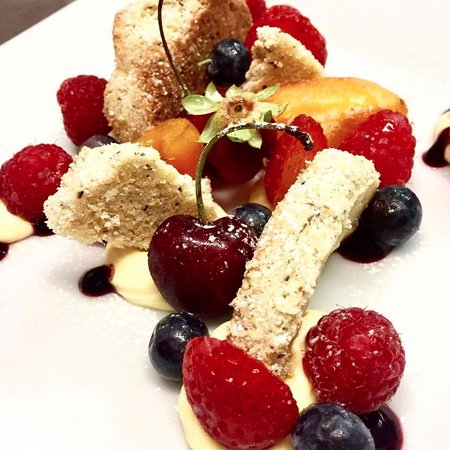 Cuorgne, Italy: Crostata scomposta di frutta fresca