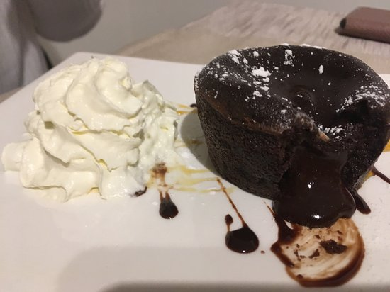 Malvaglia, Svizzera: Tortino al cioccolato con cuore fondente, ottimo
