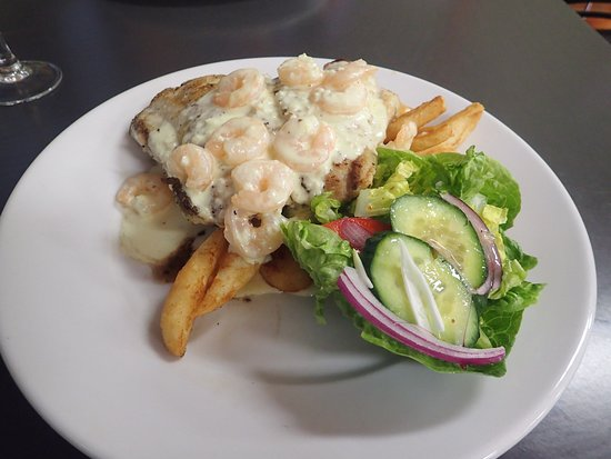 Burketown, Австралия: Our Barramundi, garlic prawns, chips and salad