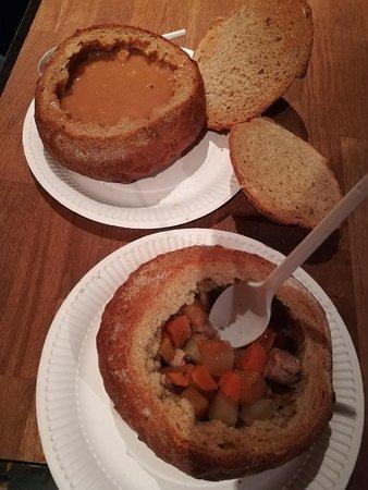 las 2 sopas:de marisco y cordero, servidas en bol de pan.