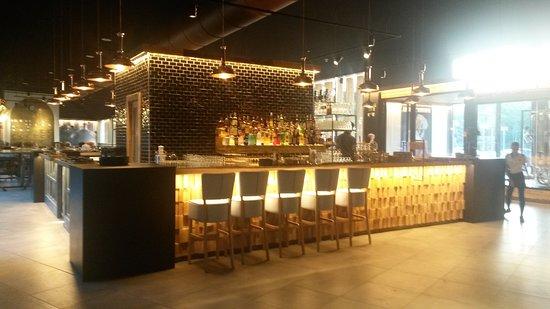 Cesate, Italie : Il grande bancone bar a isola