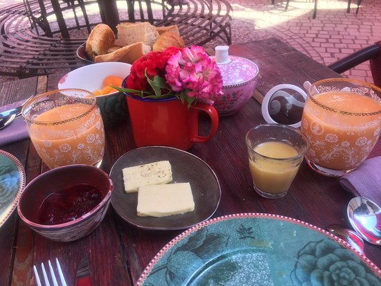 Assignan, França: Breaksfast at La Petit Table