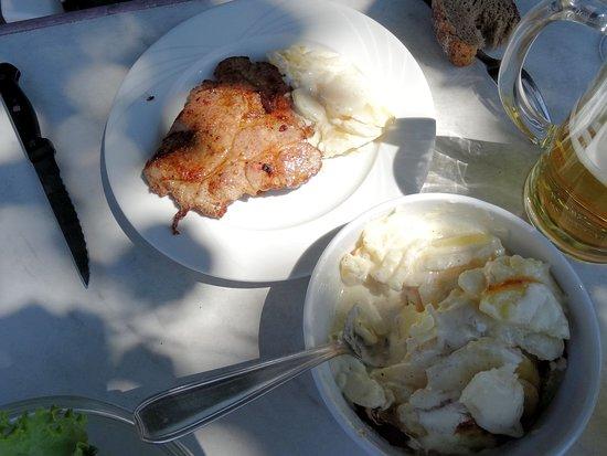 Fellering, França: porc et gratin de pommes de terre, avec salade