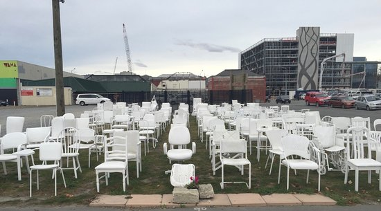 185 Empty White Chairs - Earthquake Memorial: Les chaises vides !