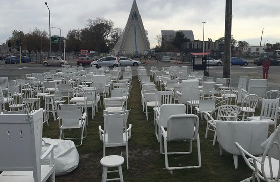185 Empty White Chairs - Earthquake Memorial: Le Mémorial