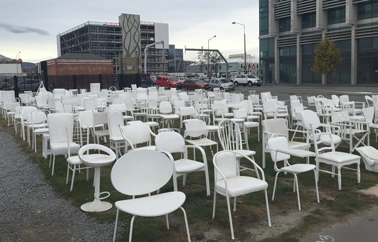 185 Empty White Chairs - Earthquake Memorial: Tristesse de ces chaises vides !