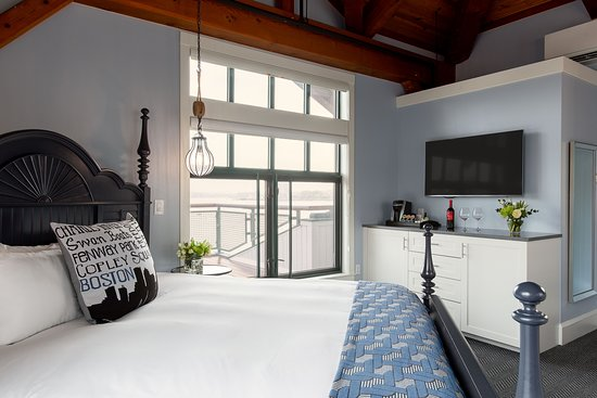 Boston Yacht Haven Inn & Marina: Penthouse with private stairs to the top floor and three-sided, wrap-around balcony