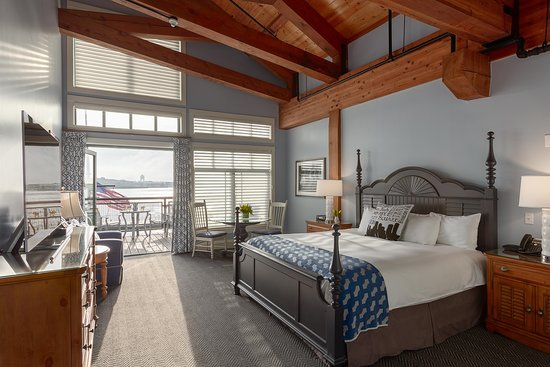 Boston Yacht Haven Inn & Marina: Superior King guest room with private balcony