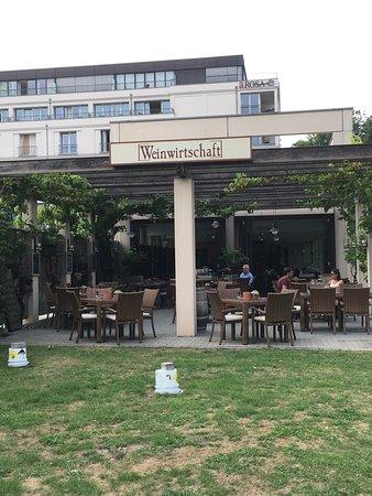Weinwirtschaft: Sitzmöglichkeiten im Freien