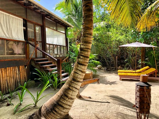 Long Caye, Belize: Lodge Entrance and feont yard