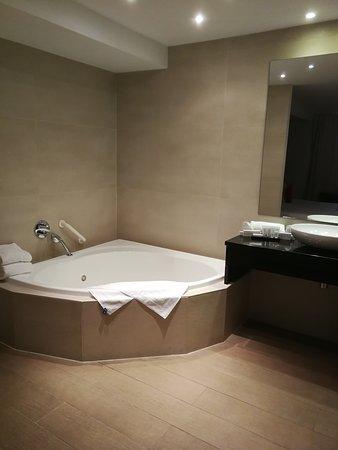vue salle de bain.. (jacuzzi pour le bain) - Photo de ...