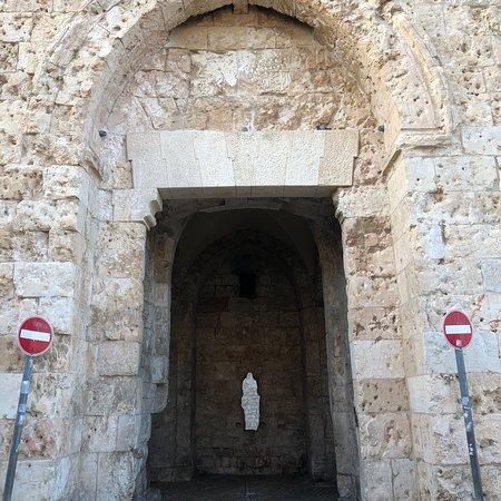 Quiet gate