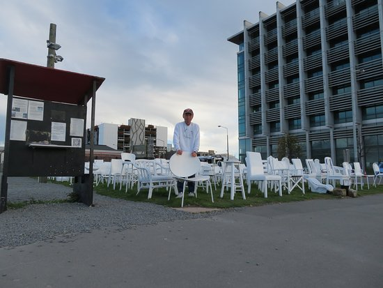185 Empty White Chairs - Earthquake Memorial: 白い椅子の前で