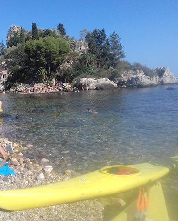Τζιαρντίνι-Νάξος, Ιταλία: Approdo veloce all'Isola Bella dopo una bellissima passeggiata lungo la costa di Giardini Naxos.
