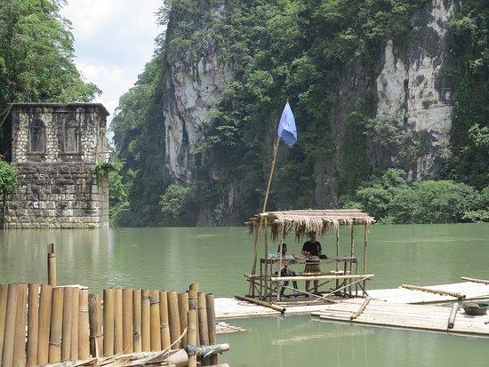 Wawa Dam: 水壩上游的竹筏