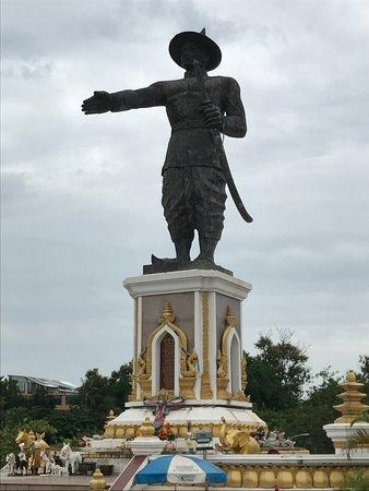 King Anouvong Statue: かなり大きい。