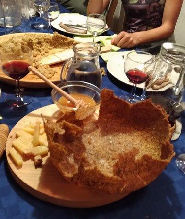 Montagna in Valtellina, Italien: Crosta di polenta con miele e formaggio