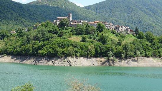Ristorante Radicchi: Questa è la vista dal ristorante verso il lago e il paese di Vagli