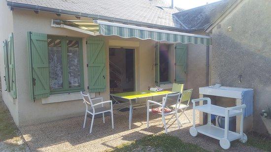 Mezieres-en-Brenne, Frankreich: C est agréable de manger dans le jardin