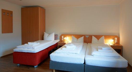 Senden, Jerman: Ein Doppelzimmer mit Aufbettung für drei Gäste.